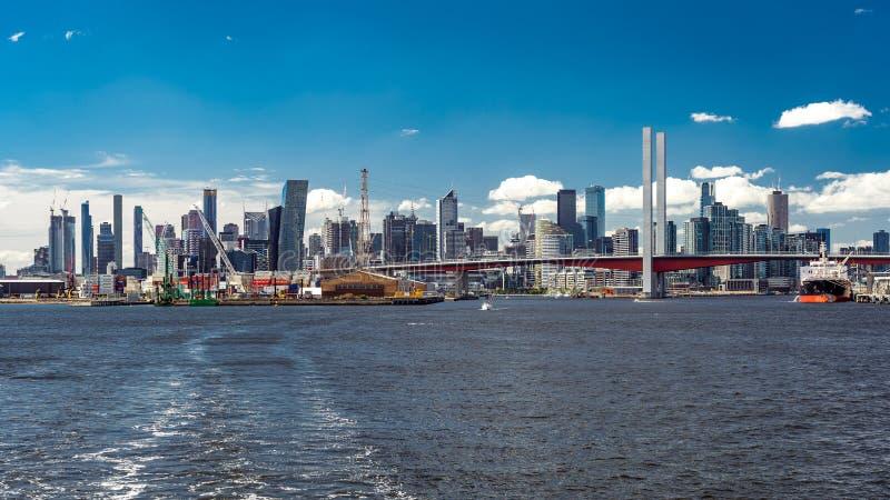 墨尔本,澳大利亚-从亚拉河的都市风景 免版税库存图片