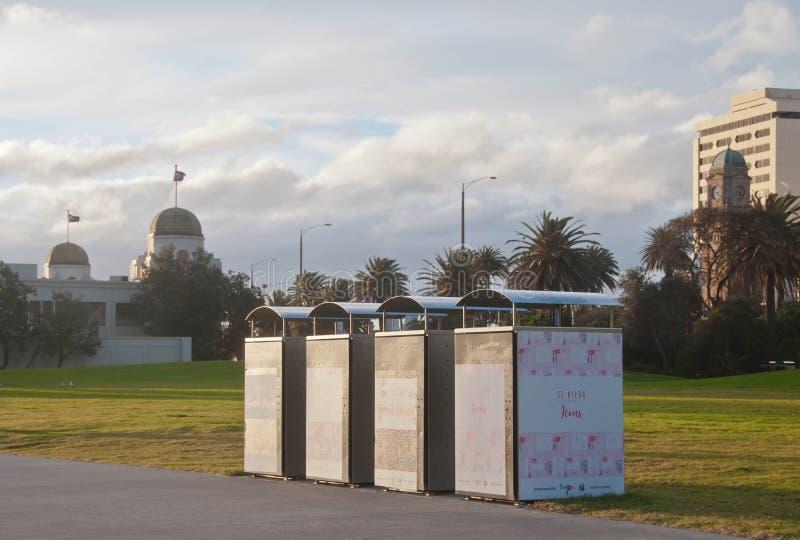 墨尔本,澳大利亚- 2018年7月29日:四堆墨尔本市议会金属化容器在圣Kilda码头附近位于  免版税图库摄影