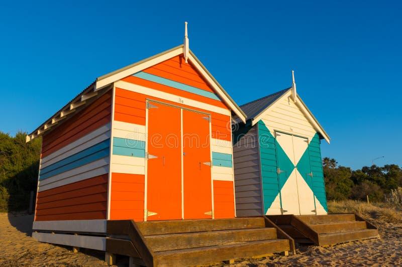 墨尔本,澳大利亚- 2018年3月31日:在布赖顿海滩,一个普遍的市内贫民区海滩的五颜六色的沐浴的箱子 有82沐浴 免版税库存图片