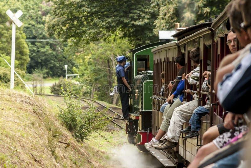 墨尔本,澳大利亚- 2009年1月7日:有乘客的喘气的比利蒸汽火车 在Dandenong的历史狭窄的铁路 库存照片