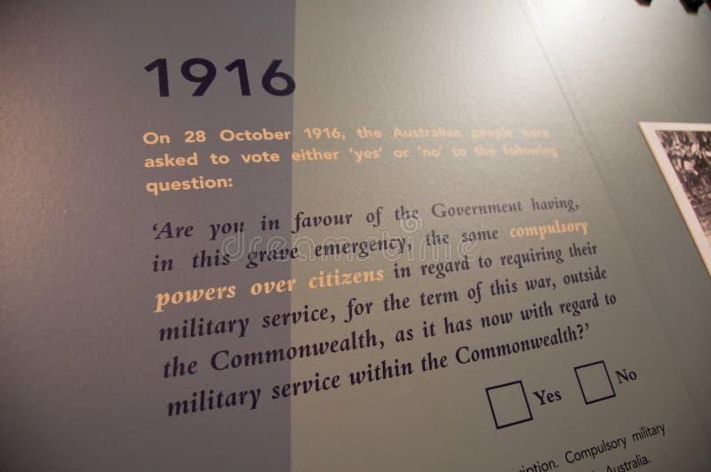 墨尔本,澳大利亚- 2018年7月26日:澳大利亚强制的军事表决民意测验问题1916年在白色墙壁上的解释文本 免版税库存图片