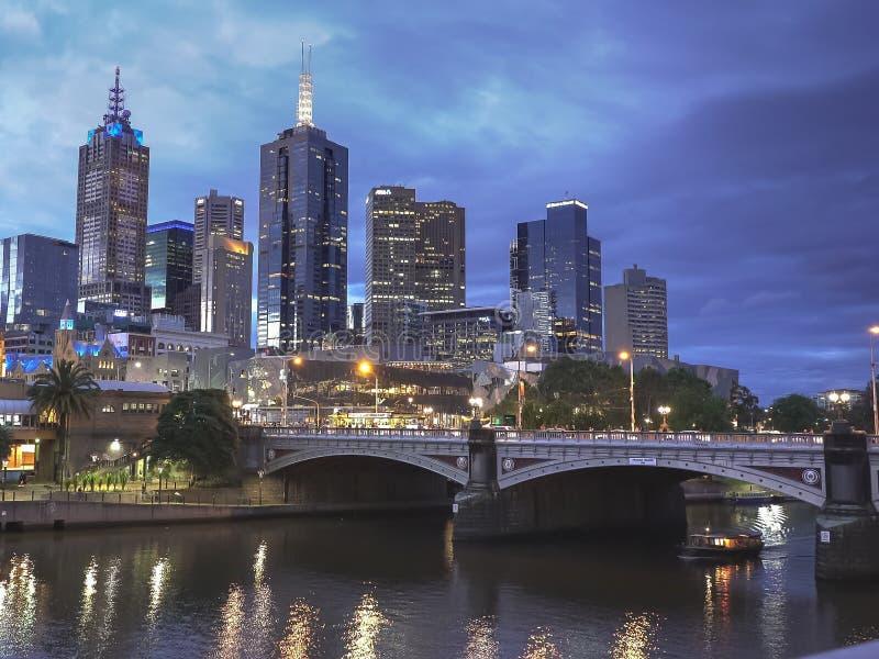 墨尔本,AUSTRALIA-NOVEMBER,12日2016年:夜射击了在yarra河的一条轮渡在墨尔本 免版税库存图片