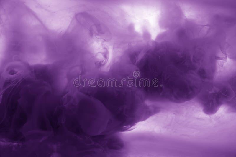 墨水在被隔绝的水淡紫色桃红色烟丙烯酸酯艺术五颜六色的摘要背景中 库存照片