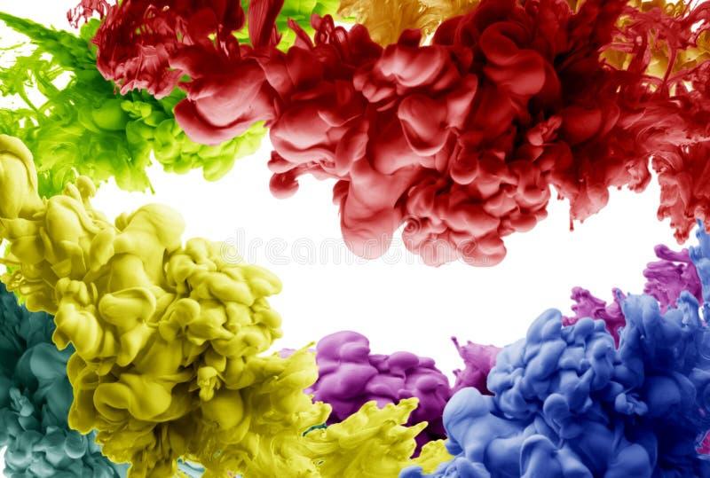 墨水在被隔绝的水红色黄色blau绿色烟丙烯酸酯艺术五颜六色的摘要背景中 库存照片