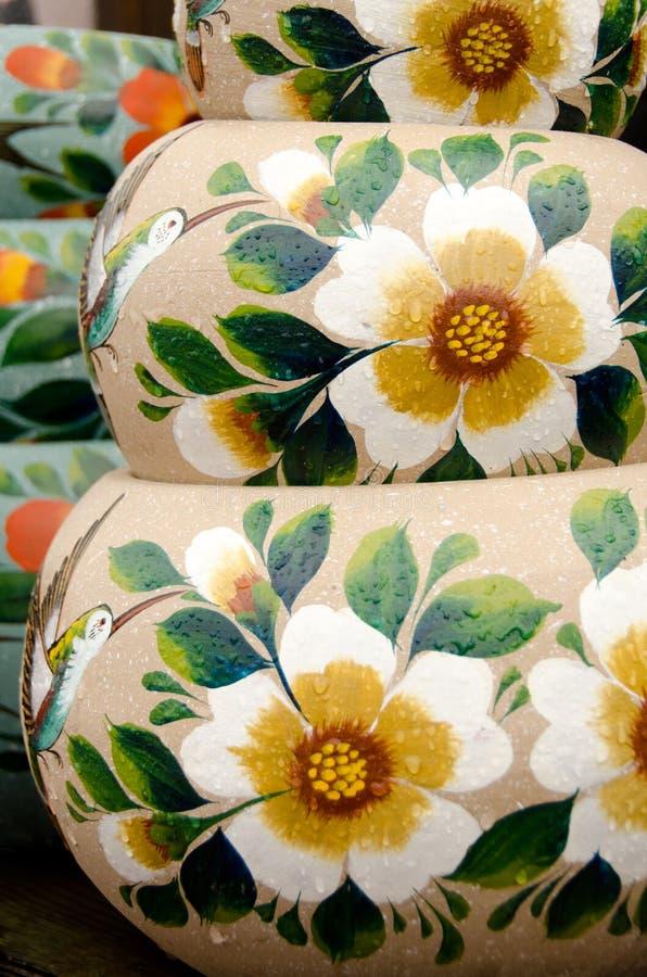 墨西哥五颜六色的陶瓷罐在讨论会 免版税库存照片