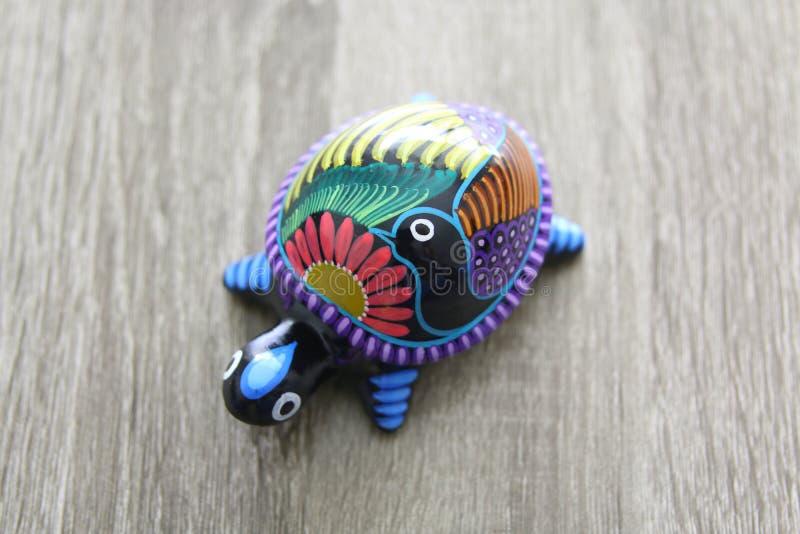 墨西哥人手工造在木头的乌龟 免版税库存照片