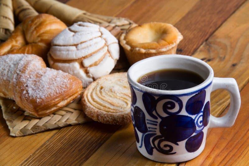 墨西哥咖啡和甜面包 免版税库存图片