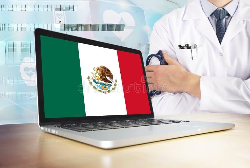 墨西哥在技术题材的卫生保健系统 在显示器的墨西哥国旗 站立与听诊器的医生在医院 免版税库存图片
