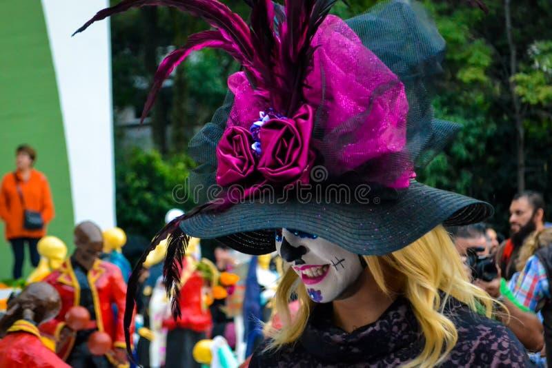 墨西哥城,墨西哥;2015年11月1日:乔装的美丽的年轻女人在亡灵节庆祝在墨西哥城 免版税库存图片