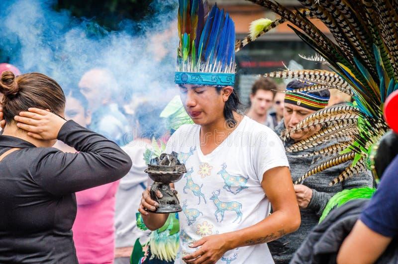 墨西哥城,墨西哥- 2018年8月28日 做与草本烟的人们传统仪式  免版税库存图片