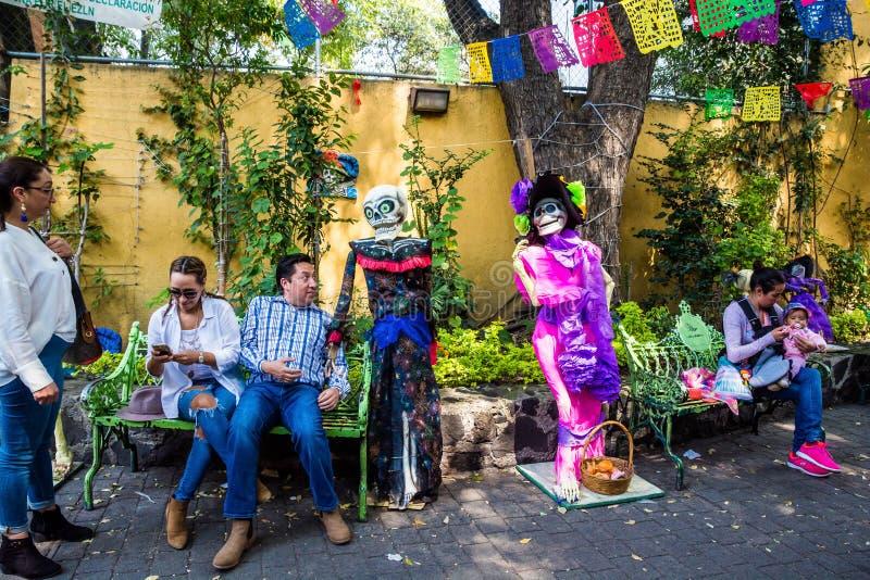 墨西哥城,墨西哥- 2018年10月26日 在Dia de los Muertos的骨骼 库存图片