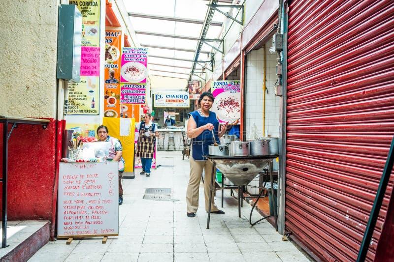 墨西哥城,墨西哥- 2018年10月26日 提供传统墨西哥美食的妇女 库存照片