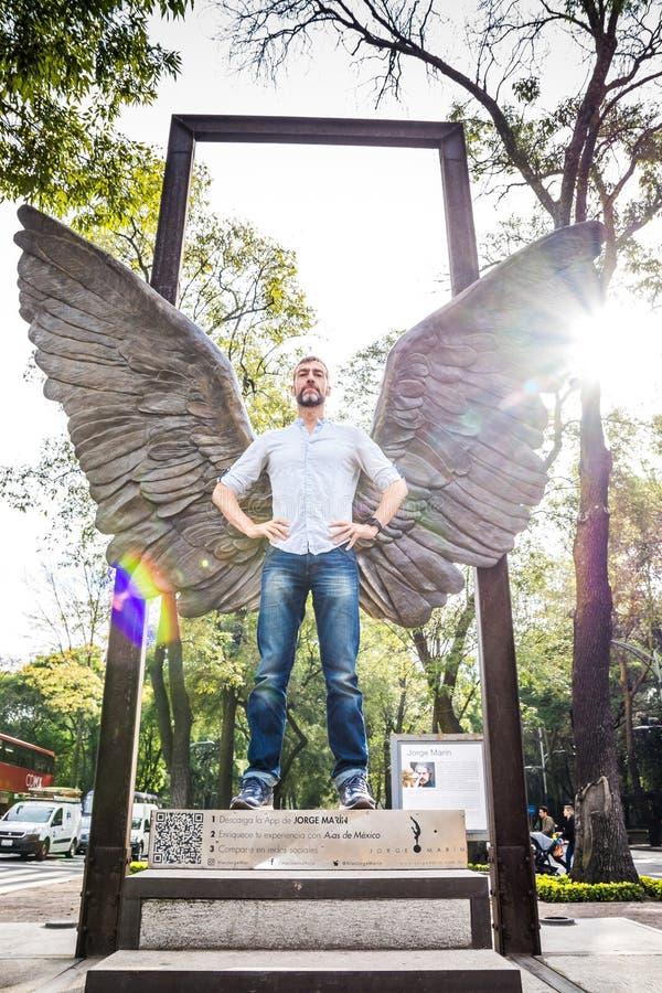 墨西哥城,墨西哥- 2018年11月1日 旅游摆在与天使的翼 库存照片