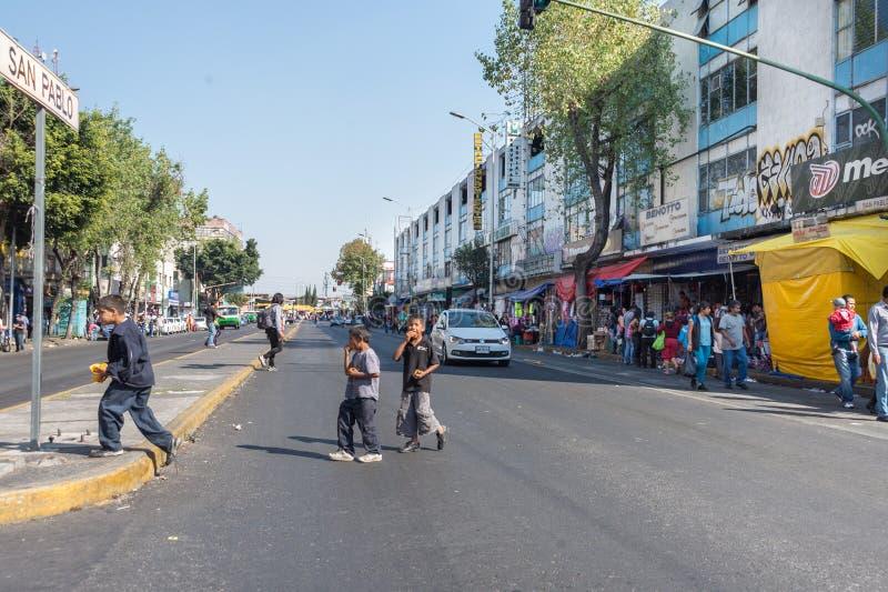 墨西哥城,墨西哥- 2015年2月, 9 -在街道上的可怜的孩子的 库存图片