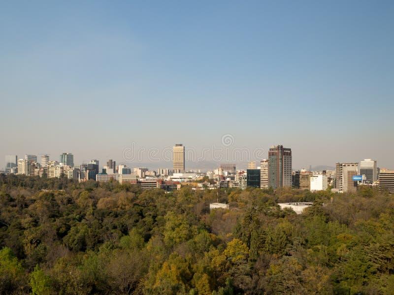 墨西哥城,小山,公园,大厦殖民地查普特佩克城堡视图  免版税库存图片