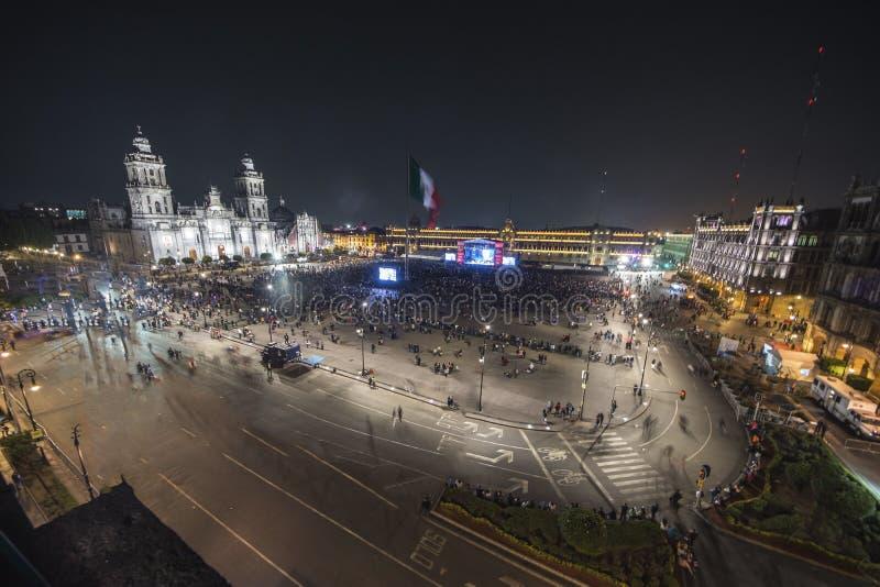 墨西哥城- 2018年2月7日:Zocalo在墨西哥城独立在夜间的庆祝假日 免版税库存照片
