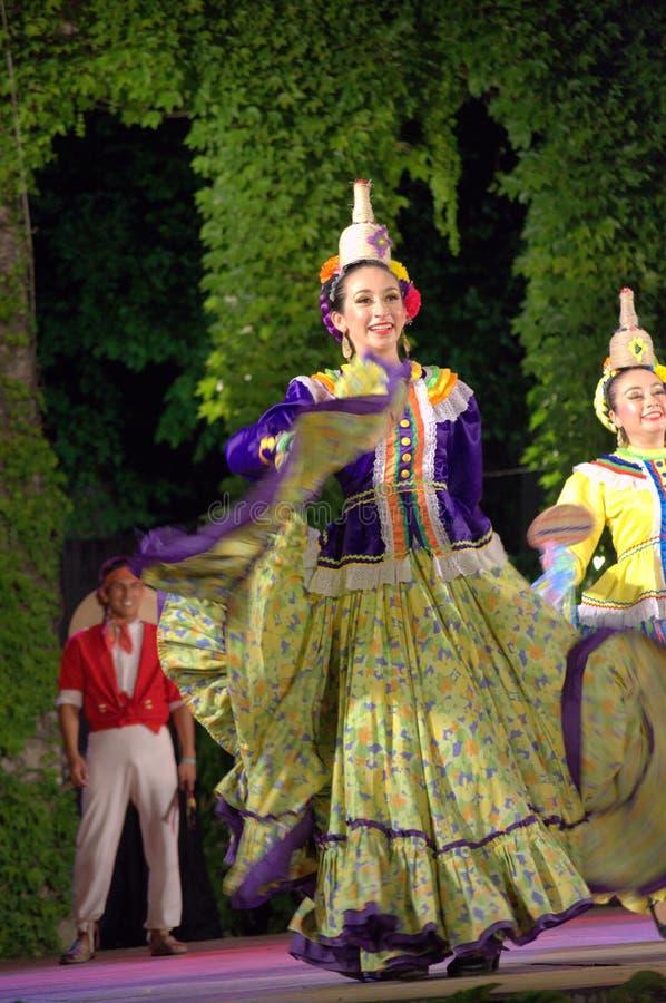 墨西哥女性跳舞 免版税图库摄影
