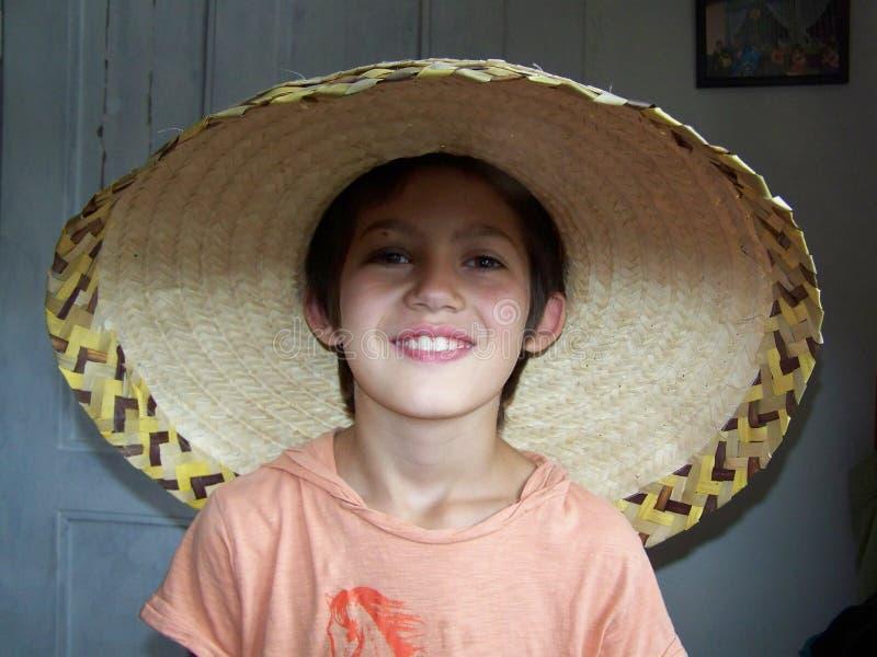 墨西哥帽的微笑的男孩 库存照片