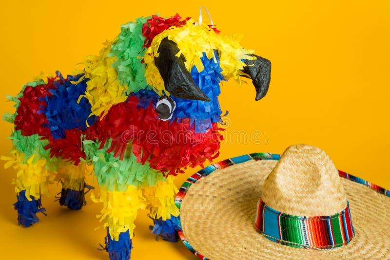 墨西哥彩饰陶罐和阔边帽在黄色 免版税库存照片