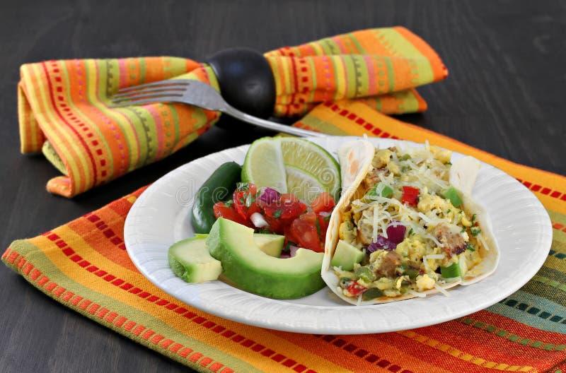 墨西哥早餐鸡蛋和加调料的口利左香肠炸玉米饼与pico de加洛, avoca 免版税库存图片