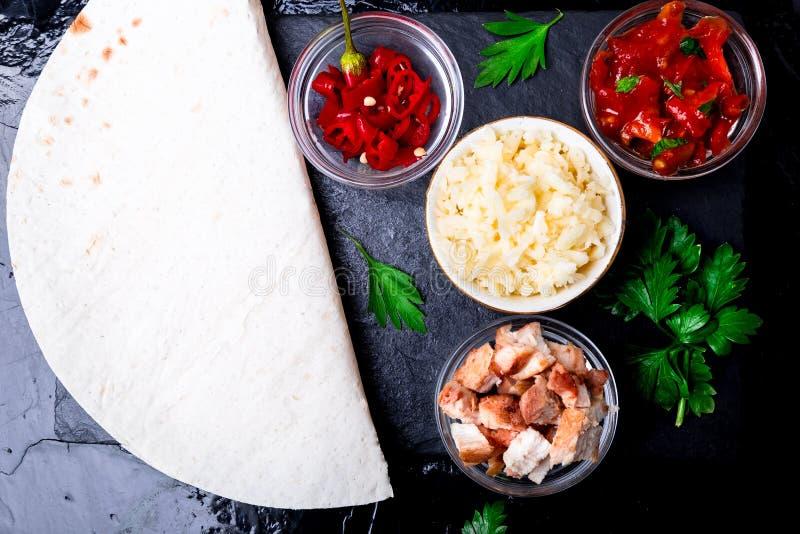 墨西哥油炸玉米粉饼的成份与在黑板岩石头板材的辣调味汁 顶视图 库存照片