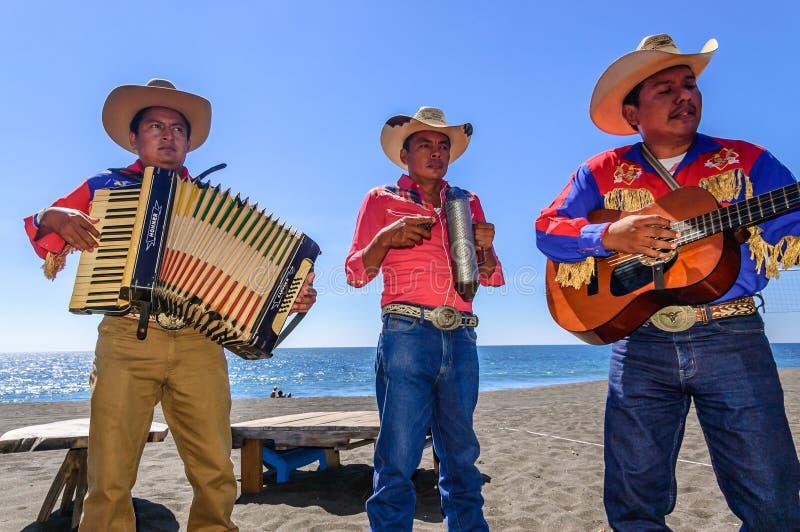 墨西哥流浪乐队音乐家在Monterrico海滩使用在危地马拉 免版税库存图片