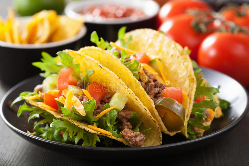 墨西哥炸玉米饼壳用牛肉和菜 免版税库存图片