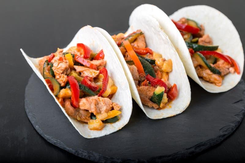 墨西哥炸玉米饼用猪肉和菜 Al在板岩碗筷的牧师炸玉米饼 库存照片