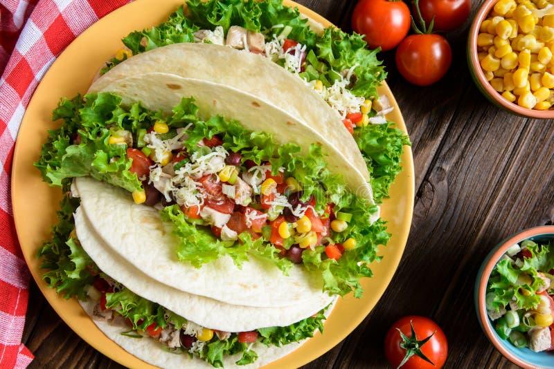 墨西哥炸玉米饼用肉、豆、莴苣、玉米、葱、蕃茄和乳酪 图库摄影