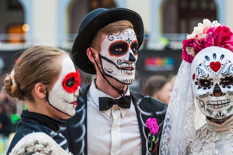 墨西哥爱好者的一个全国房子在Gostiny Dvor 死者的天的庆祝 作为骨骼假装的青年人 免版税库存照片