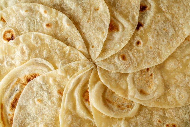 墨西哥玉米粉薄烙饼套背景或纹理顶视图 免版税库存照片