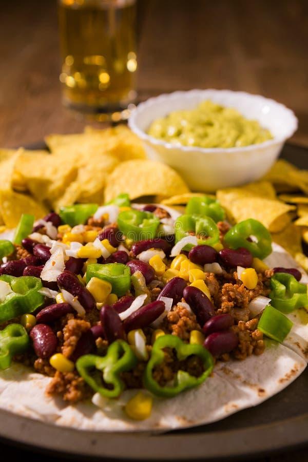 墨西哥玉米粉薄烙饼用肉,红豆,墨西哥胡椒pepp特写镜头  免版税库存照片