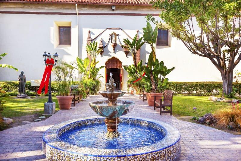 墨西哥瓦片喷泉Serra雕象庭院使命圣Buenaventu 免版税库存图片