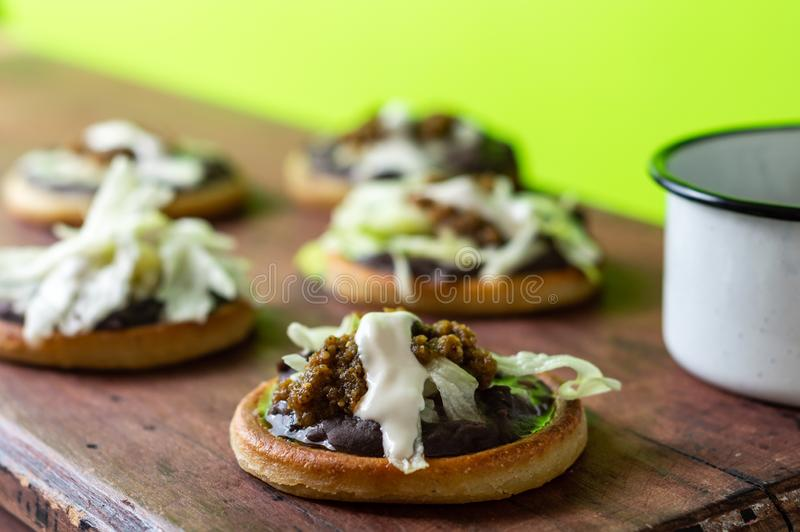墨西哥素食sopes做了用黑回锅煎炸菜豆 库存照片