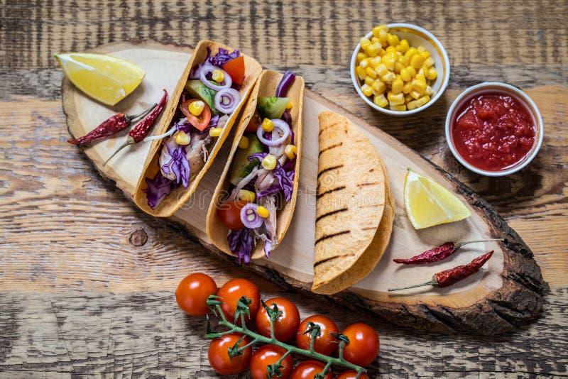 墨西哥美食炸玉米饼,鸡,胡椒,蕃茄,鲕梨,在玉米粉薄烙饼蛋糕的玉米 图库摄影