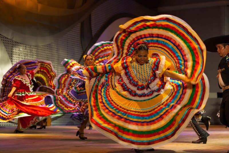 墨西哥舞蹈家黄色礼服传播的转动 免版税库存图片