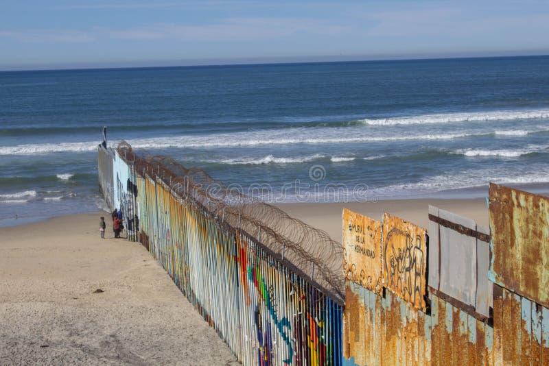 墨西哥蒂华纳下加州 — 2020年1月18日 把美国和墨西哥分隔在圣地亚哥和蒂华纳之间的边界 库存照片