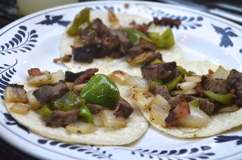 墨西哥街道炸玉米饼用牛肉和素食者 免版税库存照片