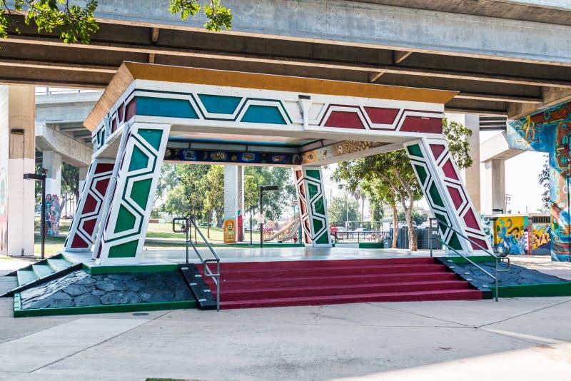墨西哥裔美国人的公园亭子/Kiosko在科罗纳多桥梁下 库存图片