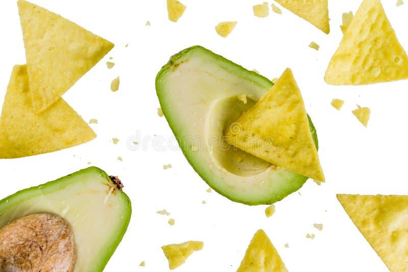墨西哥食物概念、鳄梨调味酱捣碎的鳄梨酱和烤干酪辣味玉米片快餐,鲕梨和 免版税库存图片