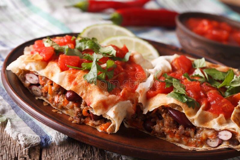 墨西哥食物:与蕃茄水平辣调味汁的特写镜头的chimichanga 免版税库存照片