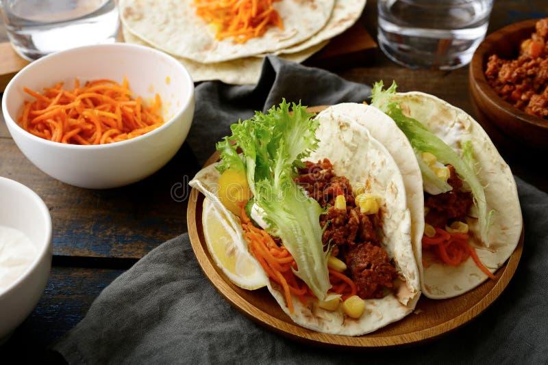 墨西哥食物-鲜美两块炸玉米饼用绞细牛肉和菜 免版税库存照片