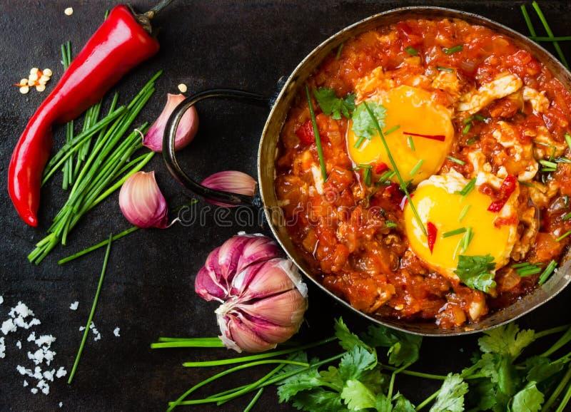 墨西哥食物- huevos rancheros 在西红柿酱偷猎的鸡蛋 免版税库存照片