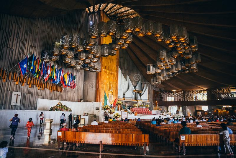 墨西哥- 9月20 :为地震受害者集合在我们的夫人瓜达卢佩河大教堂  库存图片