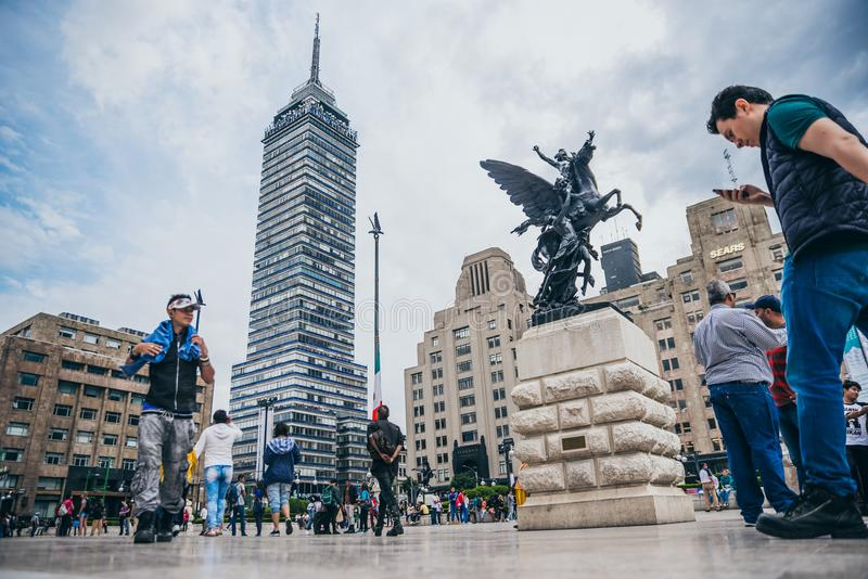墨西哥- 9月20 :人人群艺术广场宫殿的有拉丁美洲的塔的在背景中 免版税库存照片