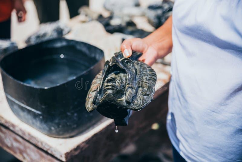 墨西哥- 9月20 :拿着黑曜石阿兹台克面具, 2017年9月20日的工匠在特奥蒂瓦坎,墨西哥 免版税库存图片