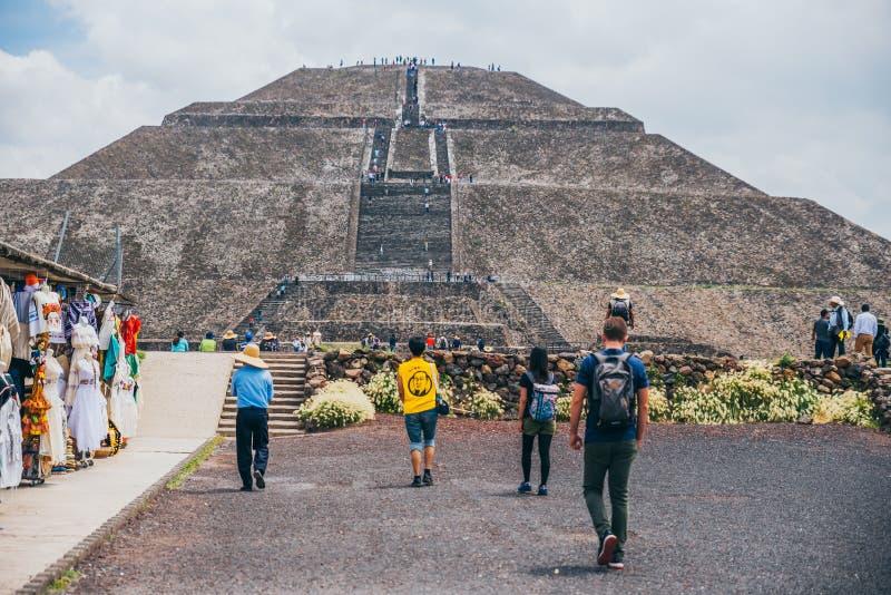墨西哥- 9月21 :朝向往太阳的金字塔的人 库存图片