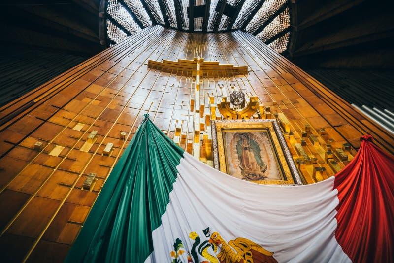 墨西哥- 9月20 :横渡,瓜达卢佩河贞女的图象和墨西哥国旗在我们的夫人瓜达卢佩河大教堂  免版税库存图片