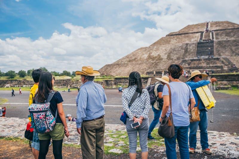 墨西哥- 9月21 :游人从远方冥想太阳的金字塔 库存照片