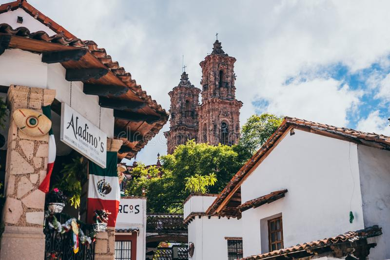 墨西哥- 9月22 :Taxco大教堂和traditi的塔 免版税库存图片
